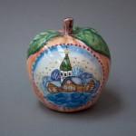 Яблоко сувенирное. Майолика, ручная роспись.Высота 7 см, диаметр 6,5 см.